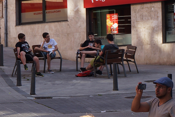 jovenes sentados